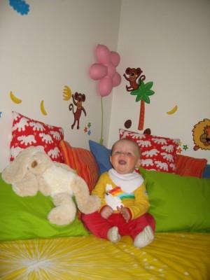 En glad Noa i sitt nya rum